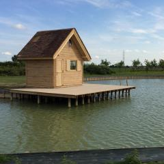 Rivier huisje met hellend dak